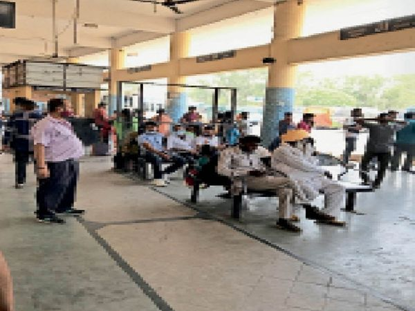 काउंटर पर सरकारी बस का इंतजार कर रहे पैसेंजर्स। - Dainik Bhaskar