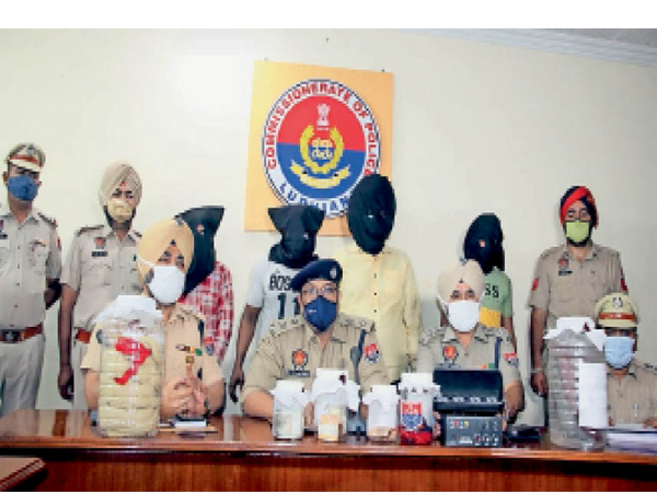 आरोपी और उनसे बरामद सामान की जानकारी देती पुलिस। - Dainik Bhaskar