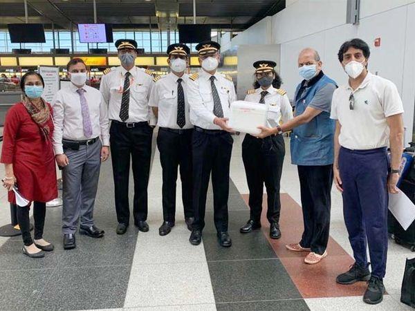 न्यूयॉर्क के जॉन एफ कैनेडी एयरपोर्ट पर एयर इंडिया के सीनियर कमांडर पंकुल माथुर को इंजेक्शन सौंपते भंडारी। - Dainik Bhaskar