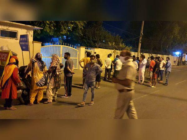 पुलिस अधीक्षक की कोठी पर पहुंचे मृतक कामेश के परिजन और अन्य लोग।