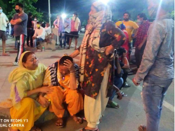 रोहतक में युवक की हत्या के बाद सड़क पर बैठ विलाप करती परिवार की महिलाएं। - Dainik Bhaskar