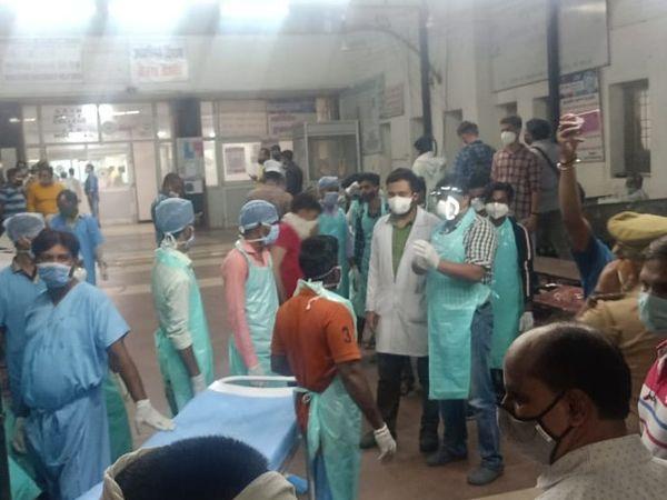 हैलट हॉस्पिटल में पहुंचे घायलों को इलाज के लिए ले जाते डॉक्टर्स।