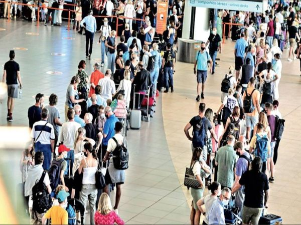 The picture is of Faro Airport in Portugal, crowds of people returning to Britain are gathering here.  - Dainik Bhaskar