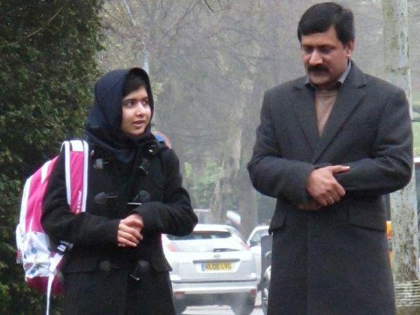 पिता जियाउद्दीन के साथ मलाला। यह फोटो 2013 की है। तब मलाला ने सर्जरी के बाद बर्मिंघम के एक स्कूल में एडमिशन लिया था।