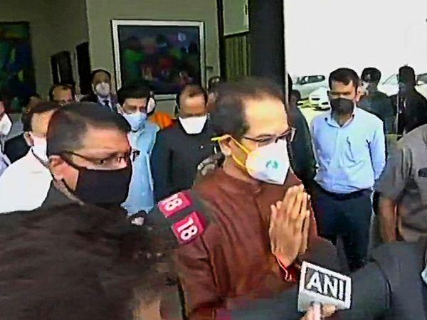 यह तस्वीर CM उद्धव ठाकरे के दिल्ली एयरपोर्ट से बाहर निकलते समय की है।