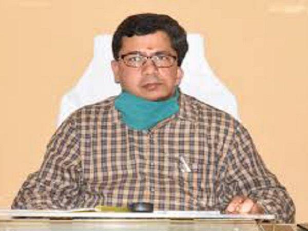 रायपुर से महिंद्रा ट्रेवेल्स की बस झारखंड के गढ़वा जा रही थी। उदयपुर के ग्राम गुमगा में गड्ढे में पलटने से 16 यात्री घायल हो गए थे। - Dainik Bhaskar