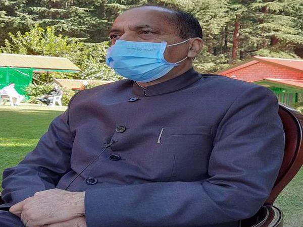 हिमाचल प्रदेश के मुख्यमंत्री जयराम ठाकुर मीडिया से बात करते हुए। - Dainik Bhaskar