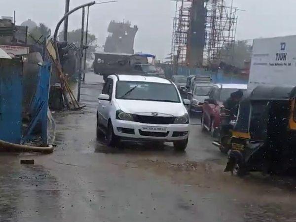 मुंबई के सांताक्रूज इलाके में भी सड़कों पर पानी देखने को मिला।