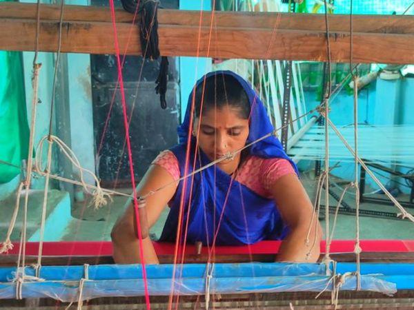 इन कलाकारों को राहा के माध्यम से डिजिटल ट्रेनिंग दी जाती है, उन्हें काम सिखाया जाता है। फिर वे प्रोडक्ट तैयार करने लगते हैं।