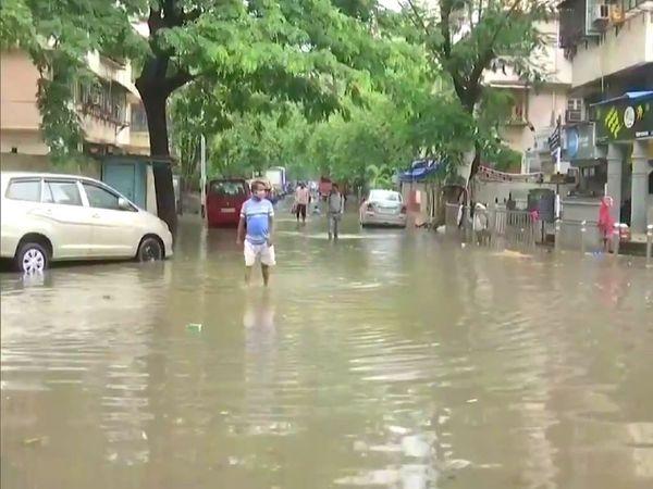 मुंबई में मंगलवार तड़के हुई बारिश के बाद सायन इलाके में सड़कों पर पानी देखने को मिला। - Dainik Bhaskar