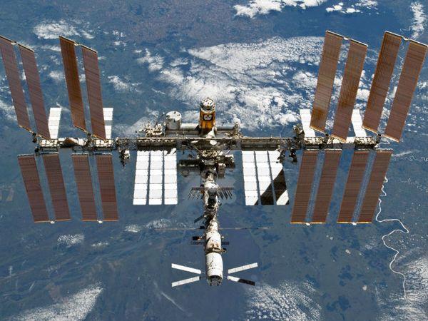 रूस की स्पेस एजेंसी रॉस्कोमॉस के प्रमुख रोजोजिन ने कहा, 'हमारे पास ढेरों रॉकेट तैयार हैं। लेकिन प्रतिबंधों के चलते हम उन्हें अंतरिक्ष में नहीं भेज पा रहे। - Dainik Bhaskar