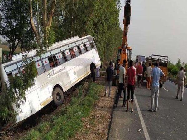 क्षतिग्रस्त बस को जब्त करती पुलिस। - Dainik Bhaskar