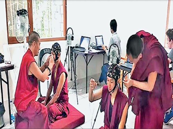 दलाई लामा की अनुमति के बाद 100 बौद्ध भिक्षुओं पर स्टडी कर रहे रूसी अंतरिक्ष विज्ञानी। - Dainik Bhaskar