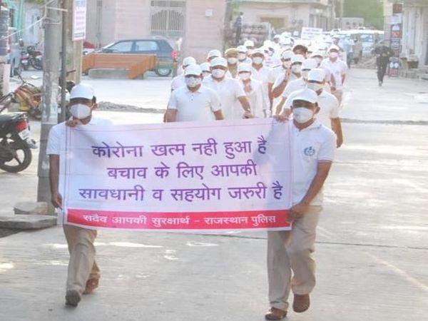 अनलॉक सेल्फ डिसिप्लिन मॉर्निग मार्च में शामिल पुलिसकर्मी। - Money Bhaskar