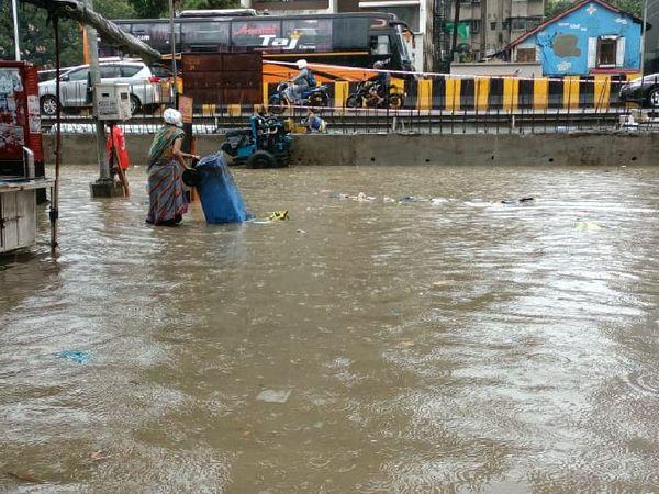 मुंबई के हिंदमाता इलाके में पहली बारिश के बाद सड़कें तालाब में तब्दील हो गईं।