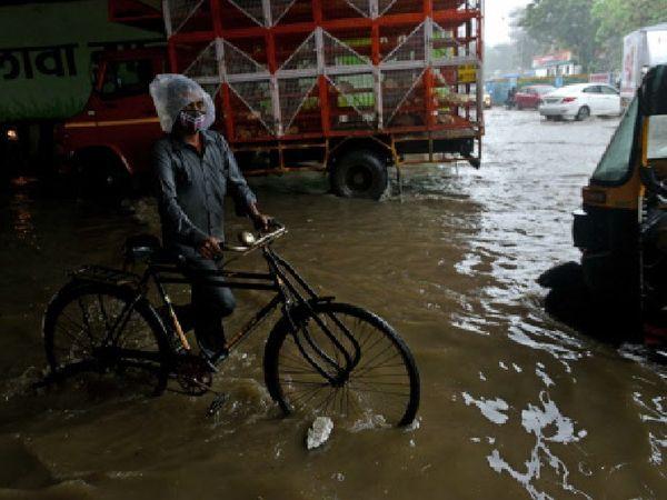 मुंबई के माटुंगा इलाके में एक फ्लाईओवर के नीचे बारिश के चलते पानी भर गया है।