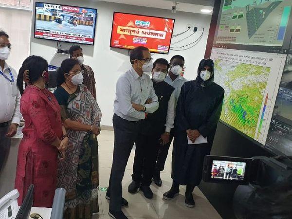 शहर में हुई भारी बारिश के बाद राहत कार्य का जायजा लेने के लिए मुख्यमंत्री उद्धव ठाकरे BMC के कंट्रोल रूम पहुंचे।