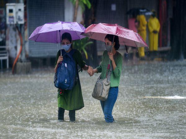 सड़कों पर पानी भर जाने के कारण लोग पानी में घुटनों तक डूब कर ऑफिस जाते हुए नजर आये।