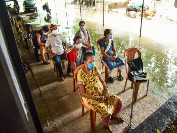 नवी मुंबई के ESIC हॉस्पिटल में बना वैक्सीनेशन सेंटर भी पानी से घिर गया है।