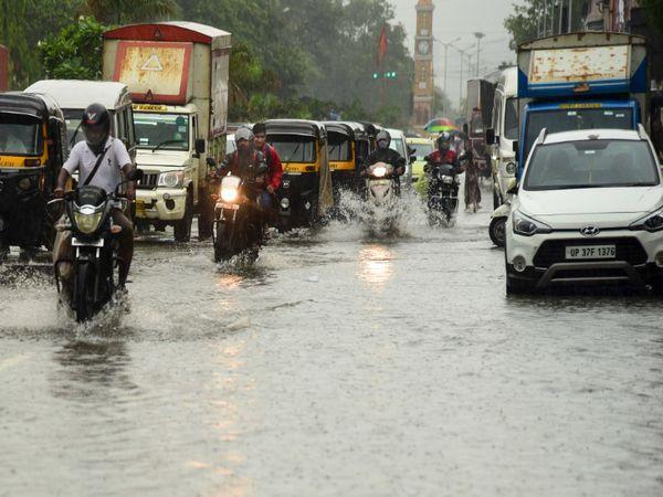 MAFCO मार्केट के पास गाड़ियों का जाम देखने को मिला। यहां की सभी सड़कें भी पानी में डूबी हुईं हैं।