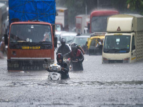 किंग सर्कल में कुछ इलाकों में कमर तक पानी भरा हुआ है। कामकाजी दिन होने के कारण लोगों को दिक्कतों का सामना करना पड़ रहा है।