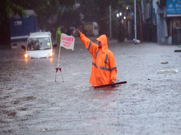 BMC के कमर्चारी पानी में आधा डूबकर अपनी ड्यूटी कर रहें हैं।