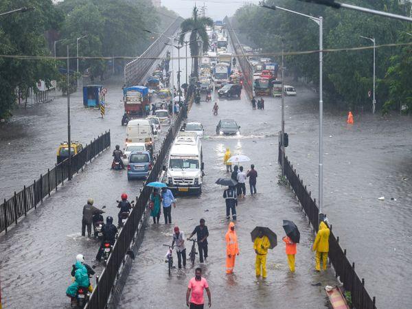 मुंबई के किंग सर्कल इलाके में सड़कें तालाब की तरह नजर आ रहीं हैं।