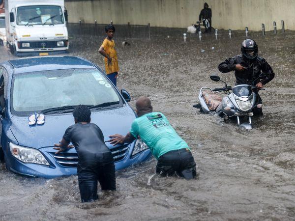 मुंबई के किंग्स सर्कल इलाके में भारी बारिश की वजह से सड़क कई गाड़ियां खराब हो गईं हैं।