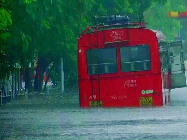 मुंंबई के निचले इलाकों में घुटनों तक पानी भरा हुआ है। इंजन तक पानी चले जाने के कारण कई इलाकों में वाहन खराब होकर सड़कों पर ही फंसे हुए हैं।