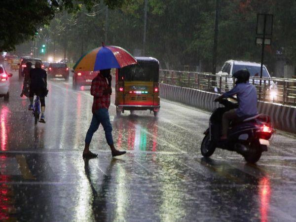 चेन्नई में भी सोमवार और मंगलवार को कई जगहों पर बारिश हुई। विजिबिलिटी घटने की वजह से दिन में भी वाहनों की लाइट जलानी पड़ीं।