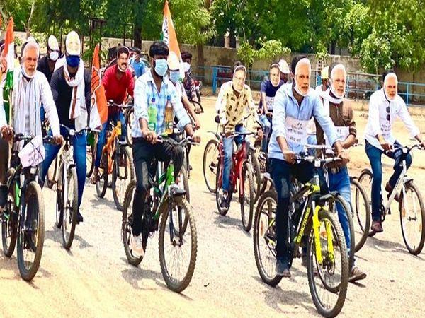 कांग्रेस ने बुधवार को भी बीजेपी नेताओं का मुखौटा पहनकर जमकर नारेबाजी की। - Dainik Bhaskar