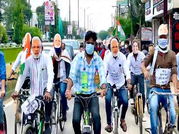 कांग्रेसियों ने शंकरनगर के बीटीआई ग्राउंड् से साइकिल रैली निकाली जो भगत सिंह चौक फिर मरीन ड्राइव होते हुए वापस बीटीआई ग्राउंड पहुंची ।