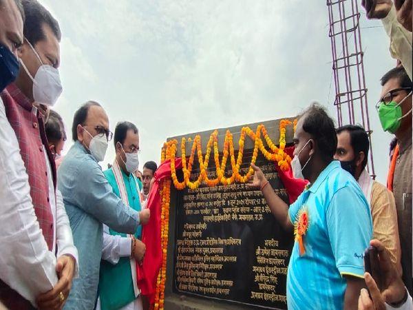 सरस्वती हाईटेक सिटी में प्लांट के शिलान्यास में मौजूद मंत्री केशव प्रसाद मौर्य और सिद्धार्थ नाथ सिंह।