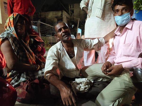कानपुर हादसे में 17 की मौत हो गई। जवान बेटों की लाश देख पिता धनीराम बदहवास हो गए। - Dainik Bhaskar