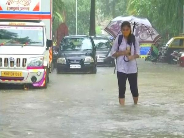 मुंंबई के निचले इलाकों में घुटनों तक पानी भरा हुआ है। इससे आने-जाने वालों को दिक्कतों का सामना करना पड़ रहा है।