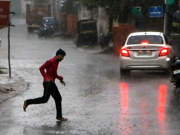 नागपुर में भी मंगलवार को तेज बारिश हुई। जिससे सड़कों पर पानी जमा हो गया। बादल छाने की वजह से विजिबिलिटी भी काफी कम हो गई थी।