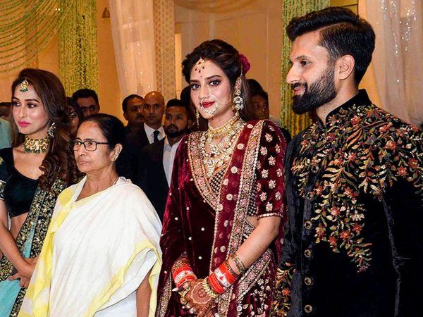 नुसरत जहां-निखिल जैन की शादी के रिसेप्शन में पश्चिम बंगाल की मुख्यमंत्री ममता बनर्जी भी शामिल हुई थीं।