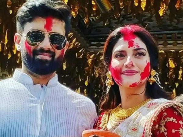 फोटो अक्टूबर 2019 की है। शादी के बाद पहली दुर्गा पूजा के दौरान दशमी के दिन नुसरत और निखिल ने सिंदूर खेला मनाया था।
