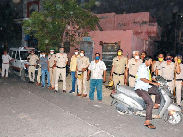 पाड़ा मोहल्ला में तनाव के चलते मंगलवार रात करीब 10 बजे मोर्चा संभाले पुलिस कर्मचारी। - Dainik Bhaskar