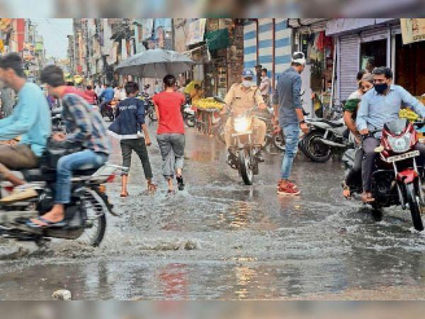 सीहोर में मंगलवार को प्री-मानसून की 35 मिनट की बारिश से शहर में कई जगहों पर पानी भर गया है।