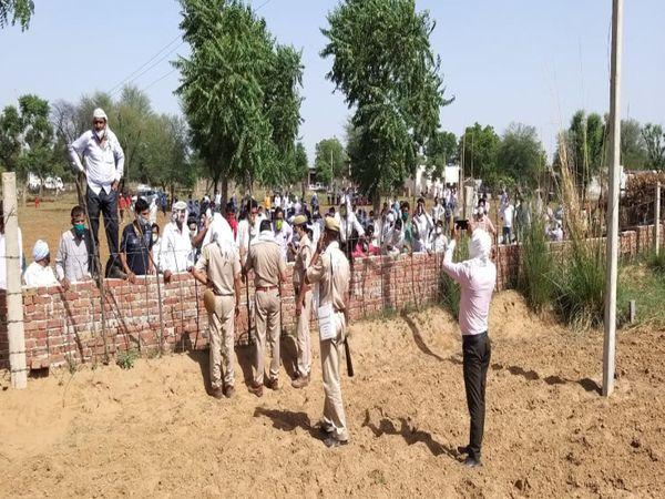 ग्रामीणों को समझाते पुलिसकर्मी। - Dainik Bhaskar