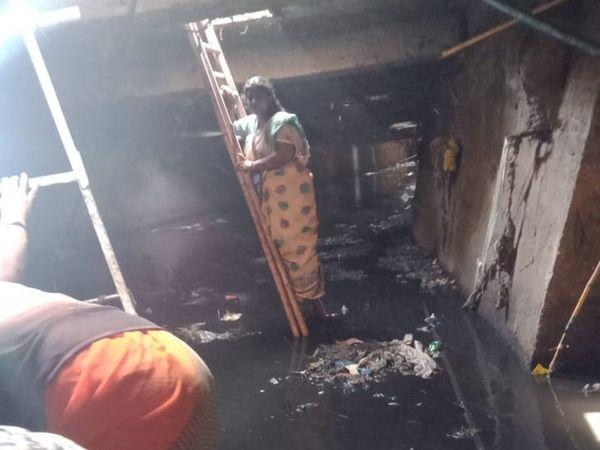महिला ऑफिसर ने भिवंडी के कई गटर में उतर कर इस तरह से जांच की है।