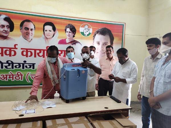 राहुल गांधी की तरफ से भेजे गए ऑक्सीजन कंसंट्रेटर को बांटते कांग्रेस नेता।