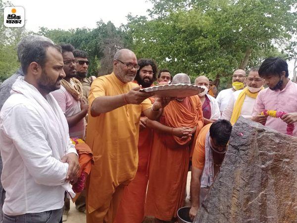 गाजियाबाद में डासना मंदिर के महंत नरसिम्हानंद पूजा अर्चना करते हुए।