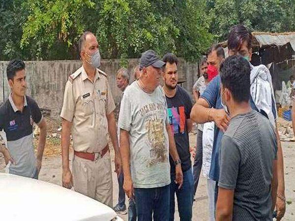 करनाल के तरावड़ी मेंं सब्जी मंडी के आढ़ती से लूट की वारदात के बाद मौके पर पहुंचकर जानकारी जुटाती पुलिस। - Dainik Bhaskar