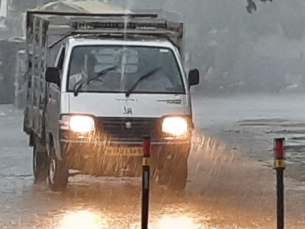गुरुवार को बारिश के दौरान कई जगहों पर वाहन चालकों को दिन में लाइट जलाकर चलना पड़ा।
