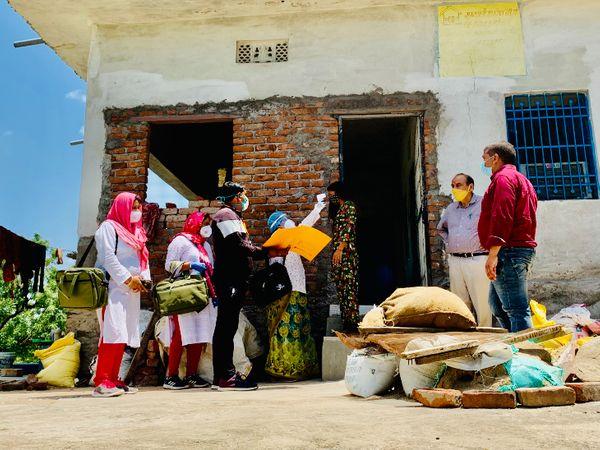 टीचर्स की ओर से शुरू की गई मुहिम 'मेरा गांव मेरी जिम्मेदारी' के तहत वे गांवों में घर-घर जाकर सर्वे कर रहे हैं।