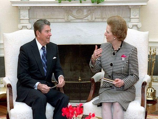 अमेरिका के राष्ट्रपति रोनाल्ड रीगन के साथ मार्गरेट थैचर। कहा जाता है कि रोनाल्ड रीगन और मार्गरेट थैचर काफी अच्छे दोस्त थे। दुनियाभर के तमाम विषयों पर दोनों घंटों एक-दूसरे से बातें किया करते थे।
