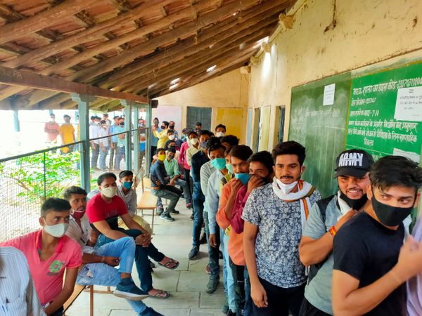 वैक्सीनेशन सेंटर पर इस तरह लग रही भीड़। - Dainik Bhaskar