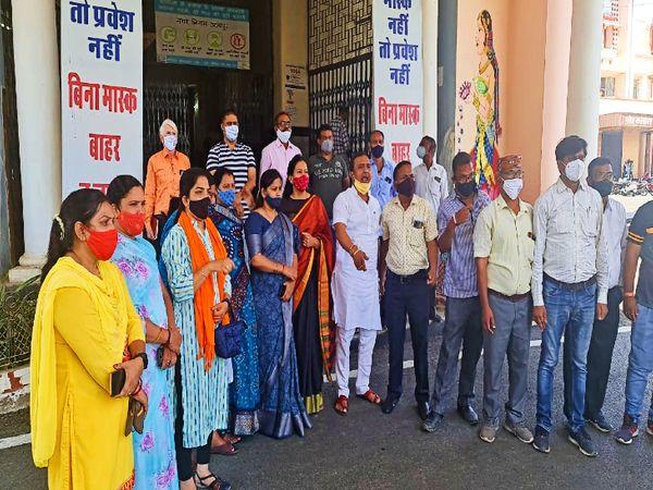 नगर निगम मुख्यालय पर विरोध प्रदर्शन करते बीजेपी के पार्षद। - Dainik Bhaskar